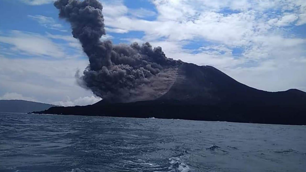 Моментот кога вулкан ќе еруптира во близина на брод со посетители (ВИДЕО)