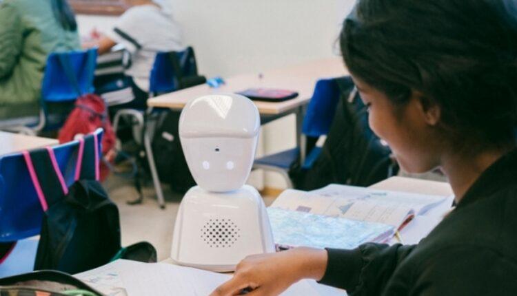 Во училиште во Виена, робот му помага на ученик заболен од рак (ВИДЕО)