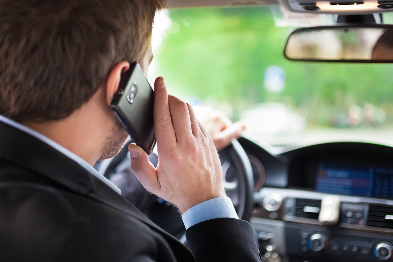Австриските возачи никако да се одвикнат од користењето мобилен при возење