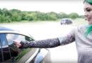 Сопственичка на Tesla Model 3 го отклучува автомобилот со чип вграден во раката (ВИДЕО)