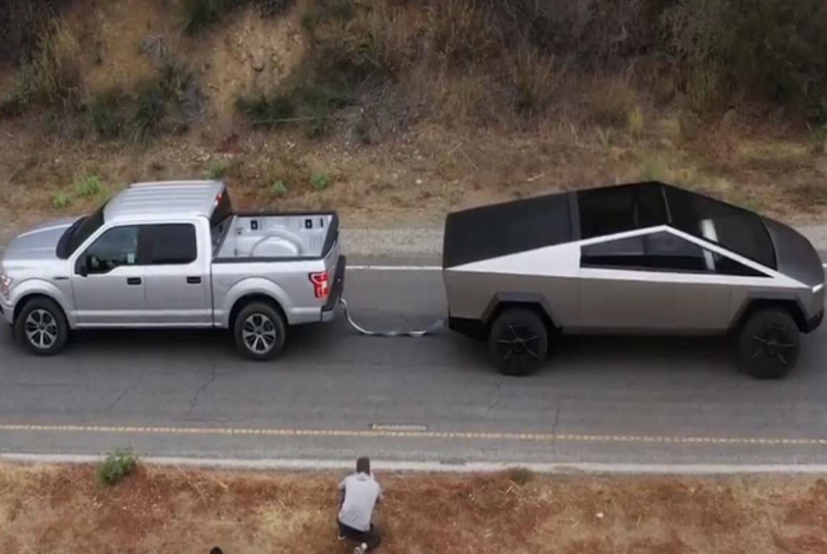 """Сајбер-камионетот на Tesla влече """"беспомошен"""" пикап (ВИДЕО)"""