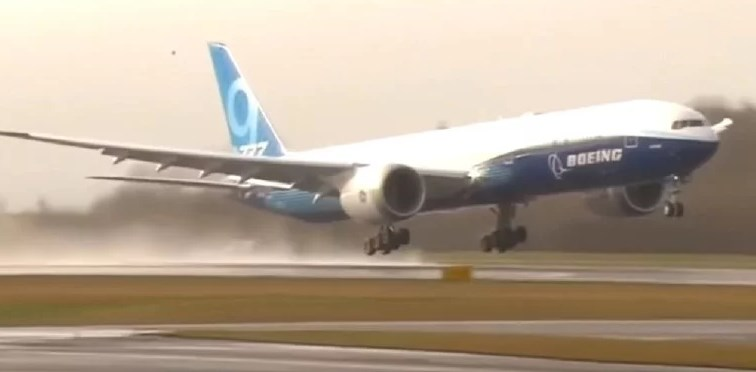 Успешно полета најдолгиот патнички авион во светот (ВИДЕО)