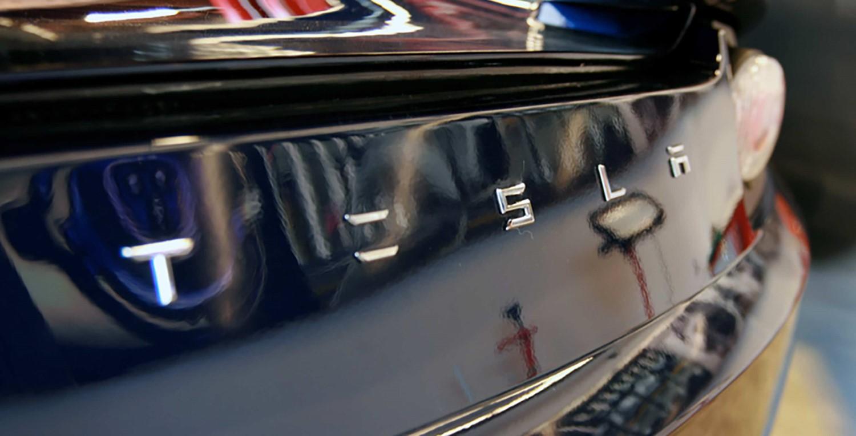 Tesla дава милион долари на хакери