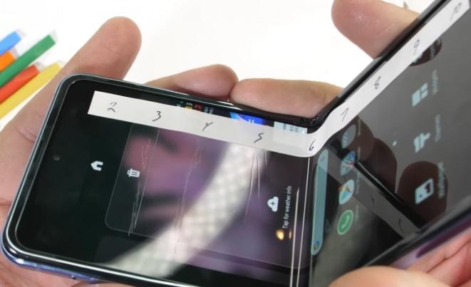 Колку е издржлив стаклениот екран на Galaxy Z Flip? (ВИДЕО)
