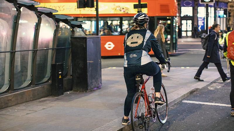 Ford јакна за велосипедисти комуницира со помош на емотикони (ВИДЕО)
