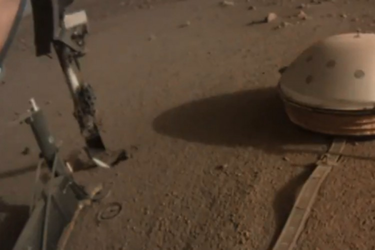 НАСА поправи робот со удар со лопата (ВИДЕО)
