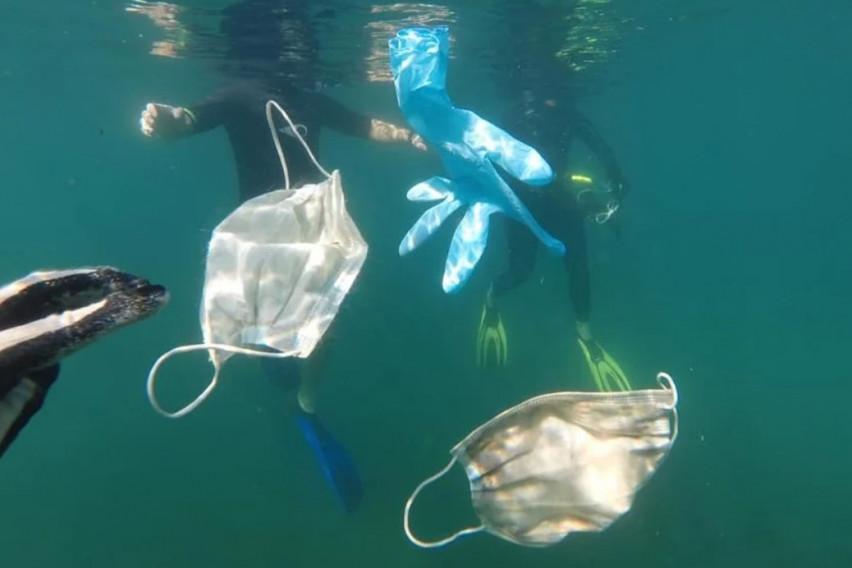 Во морињата и океаните веќе пловат заштитни маски и ракавици (ВИДЕО)