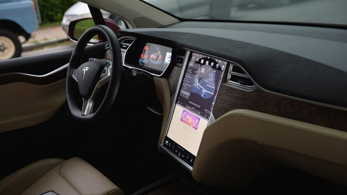 Седна на совозачкото место и автопилотот на Tesla го однесе на појадок (ВИДЕО)