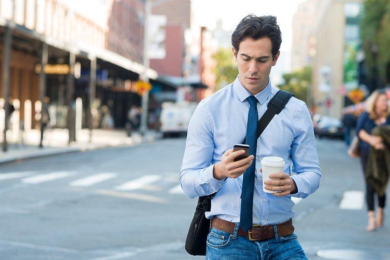 Апликација предупредува да гледате напред додека одите и го користите смартфонот