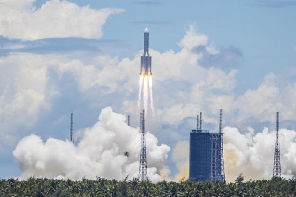 Кинезите изгубија контрола над ракета, може да падне на населено место на Земјата (ВИДЕО)