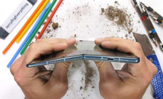 Колку е издржлив Huawei Mate X2? (ВИДЕО)