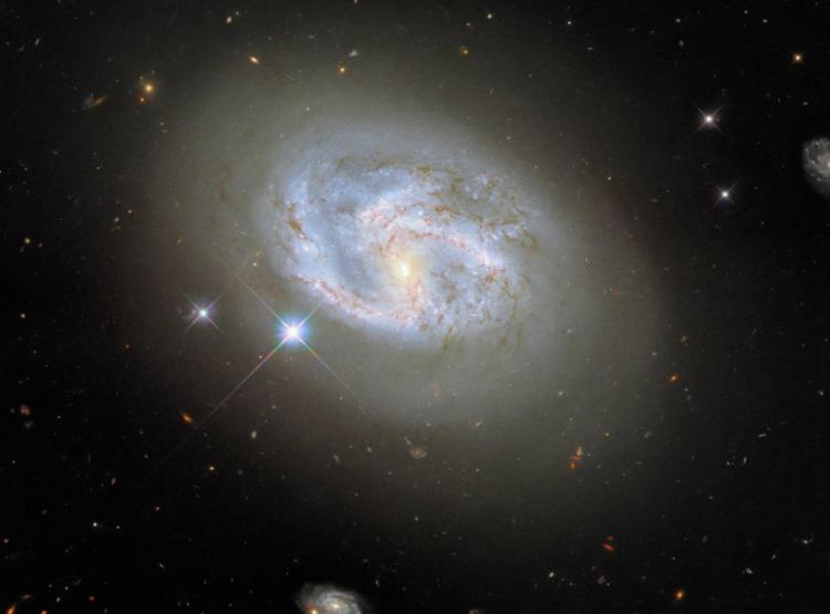 Телескопот Хабл сними моќна фотографија од необична галаксија