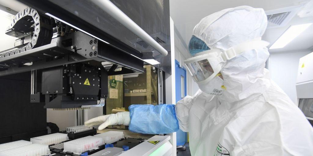 Шведски научници: Коронавирусот не може да се искорени, луѓето да научат да живеат со него