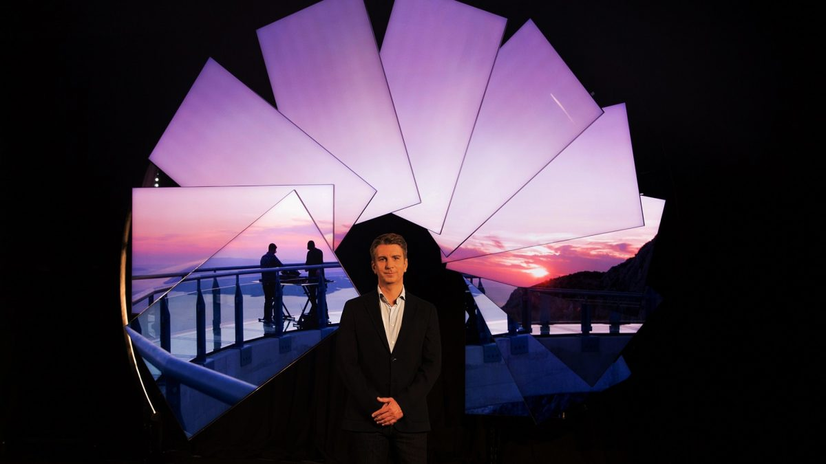 Samsung и уметникот Мајкл Марфи нудат нова перспектива на визуелната забава благодарение на неверојатно тенкиот Neo QLED телевизор